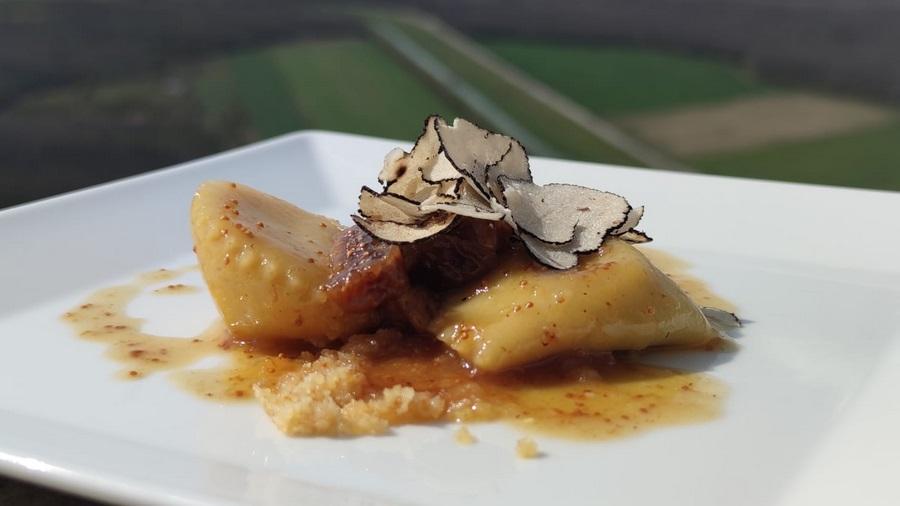Ravioli punjeni kremom od tartufa i bijelom čokoladom, s umakom od meda, suhih smokava i muškata i tartufima, konoba Fakin
